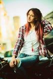 Jonge mooie vrouw op motorfiets stock foto's