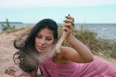 Jonge mooie vrouw op vakantie dichtbij het overzees Stock Foto