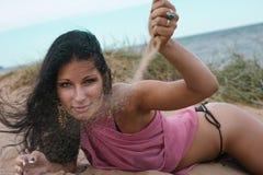 Jonge mooie vrouw op vakantie dichtbij het overzees Royalty-vrije Stock Afbeelding