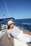 Jonge mooie vrouw op varende boot Stock Fotografie