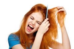 Jonge mooie vrouw op witte achtergrond, kapsel, haarborstel Stock Foto