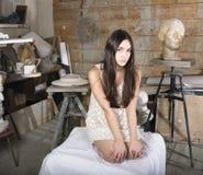 Jonge mooie vrouw op workshop in schildersstudio Royalty-vrije Stock Foto's