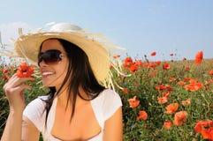 Jonge mooie vrouw in papaverbloemen royalty-vrije stock afbeeldingen