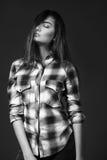 Jonge mooie vrouw in plaidoverhemd Stock Foto