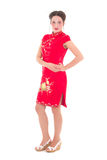 Jonge mooie vrouw in rode Japanse die kleding op wit wordt geïsoleerd Royalty-vrije Stock Afbeeldingen