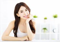 Jonge mooie vrouw in woonkamer Stock Afbeeldingen