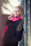 Jonge mooie vrouw in zonnebril Stock Fotografie