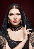 Jonge mooie vrouw in zwarte kleding op de achtergrond van de marsalakleur Stock Afbeeldingen