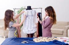 Jonge mooie vrouwelijke kleermaker die metingen nemen royalty-vrije stock afbeeldingen
