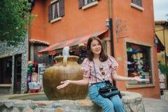Jonge mooie vrouwelijke reiziger die pret hebben bij retro uitstekende stad in Thailand stock fotografie