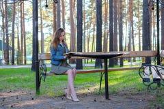 Jonge mooie vrouwen die een boek lezen openlucht stock foto's