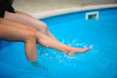 Jonge mooie vrouwen die waterplons in sexy bikini maken bij de pool Het genieten van de van zomer stock afbeelding
