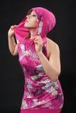 Jonge mooie vrouwen in karmozijnrode kleding in studio Stock Afbeeldingen