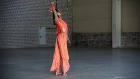 Jonge mooie vrouwenballerina die elegant prestaties maken stock video