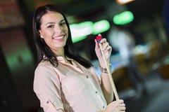 Jonge mooie vrouwenchalking het snooker richtsnoer en het glimlachen royalty-vrije stock foto