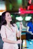 Jonge mooie vrouwenchalking het snooker richtsnoer en het glimlachen stock foto's