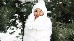 Jonge mooie vrouwenflirt met camera in de winter in bos stock videobeelden