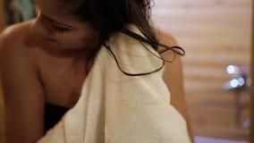 Jonge mooie vrouwenhanddoek die haar haar na douche drogen stock footage