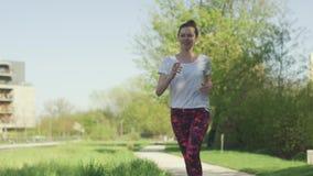 Jonge mooie vrouwenjogging in de zomer stock videobeelden