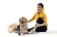 Jonge mooie vrouwenspelen met haar hond Stock Foto