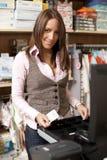 Jonge mooie winkelmedewerker stock fotografie