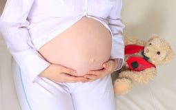 Jonge mooie zwangere vrouw Royalty-vrije Stock Afbeeldingen