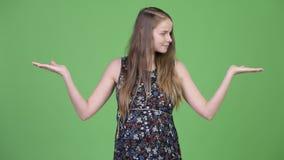 Jonge mooie zwangere vrouw die iets vergelijken stock footage