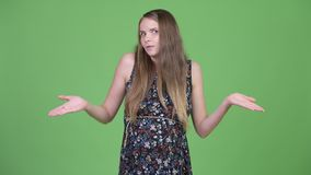 Jonge mooie zwangere vrouw die schouders ophalen stock footage