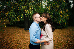 Jonge mooie zwangere vrouw en haar het knappe echtgenoot kussen Stock Fotografie