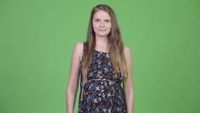 Jonge mooie zwangere vrouw met blond haar stock videobeelden