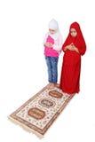 jonge moslimmeisjes in traditionele kleren prayin Royalty-vrije Stock Fotografie