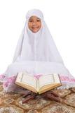 Jonge Moslimmeisjeslezing Al Quran III Stock Foto's