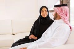 Jonge moslimpaarzitting royalty-vrije stock fotografie