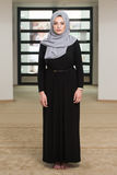 Jonge Moslimvrouw die in Moskee bidden royalty-vrije stock fotografie