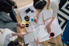 jonge multi-etnische ontwerpers in het formele slijtage werken royalty-vrije stock afbeeldingen