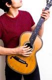 Jonge multiraciale mens het spelen flamencogitaar Stock Afbeeldingen