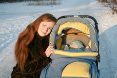 Jonge mum met een vervoer Royalty-vrije Stock Afbeelding