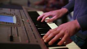 Jonge musici die in garage repeteren stock footage