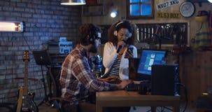Jonge musici die in huisstudio spelen stock afbeelding