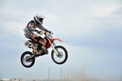 Jonge MX ruiter op een motorfiets in de lucht Stock Foto's
