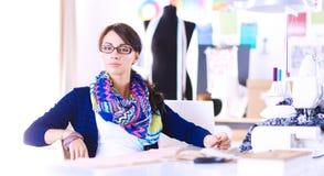 Jonge naaister die klerenpatroon op papier ontwerpen Royalty-vrije Stock Fotografie