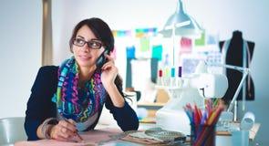 Jonge naaister die klerenpatroon op papier ontwerpen Stock Afbeeldingen