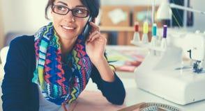 Jonge naaister die klerenpatroon op papier ontwerpen Stock Fotografie