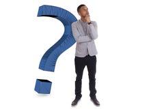 Jonge nadenkende Afrikaanse Amerikaanse mens die door vraag ma wordt omringd Royalty-vrije Stock Foto