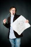 Jonge nadenkende architect met schets royalty-vrije stock afbeelding