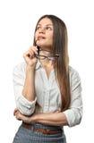 Jonge nadenkende onderneemster die upwards met glazen in haar die wapen kijken op de whireachtergrond wordt geïsoleerd Royalty-vrije Stock Afbeeldingen