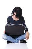 Jonge nadenkende vrouw met laptop Stock Afbeeldingen