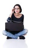 Jonge nadenkende vrouw met laptop Stock Afbeelding