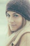 jonge nadenkende vrouw op de straat royalty-vrije stock afbeelding
