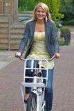 Jonge vrouw op fiets Royalty-vrije Stock Foto